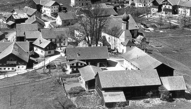 Die Westansicht des Dorfes Altnußberg, circa 1970. Diese und zahlreiche weitere Abbildungen finden sich in der Chronik von Altnußberg von Siegfried Federl, die es nun auch zu kaufen gibt.