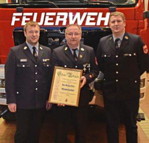 Foto: Mit dem Ehrenkommandanten Helmut Peter (Mitte) freuen sich 1. Vorstand Andreas Weindl (l.) und 1. Kommandant (neu) Martin Fleischmann.
