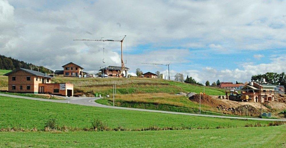 """Nur noch vier Bauplätze sind frei im neuen mehrere Hektar großen Geiersthaler Baugebiet """"Ziegelacker"""", in dem bereits einige Häuser im Rohbau stehen. Bis zum Winter sollen weitere Häuser hinzukommen. −Foto: Franz Hackl"""