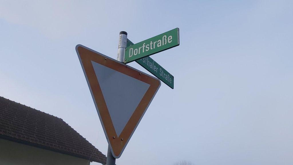 """Straßennamenschild """"Dorfstraße"""""""